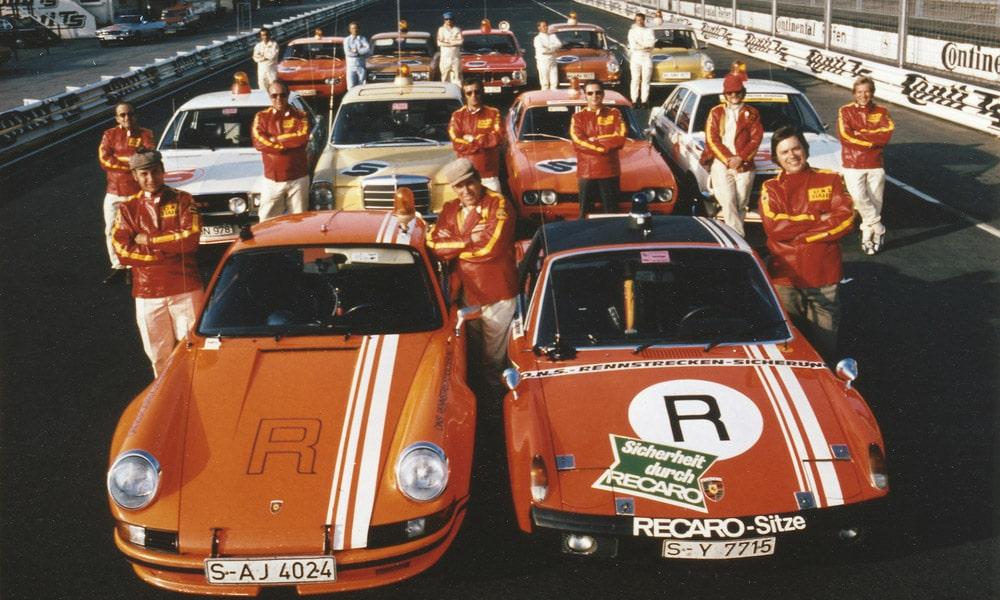 Zespół bezpieczeństwa ONS na torze Nürburgring w 1973: 911 Carrera RSR 2.8 rok modelowy1973 (z przodu) i 914/6 GT rok modelowy 1972. Pomiędzy nimi - legenda Porsche, Herbert Linge