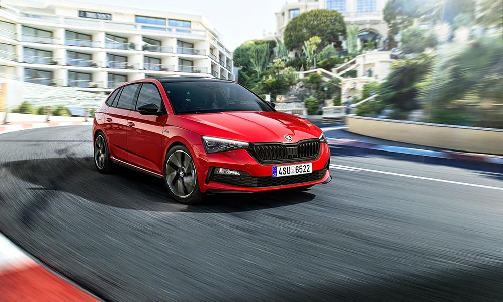 Škoda dostarczyła 913 700 pojazdów w pierwszych trzech kwartałach 2019 roku ŠKODA dostarczyła 913 700 pojazdów klientom na całym świecie w pierwszych dziewięciu miesiącach tego roku. Producent znacznie zwiększył liczbę dostaw w Europie Wschodniej (+ 10,6 proc.) i Europie Zachodniej (+ 6,8 proc.), a także na rynku rosyjskim (+ 7,0 proc.). Globalnie liczba dostaw znajduje się jednak nieco poniżej poziomu z minionego roku (- 2,7 proc.). Powodem jest ciągły spadek na chińskim rynku motoryzacyjnym. Na pozostałych rynkach międzynarodowych ŠKODA dostarczyła 719 300 pojazdów, co oznacza wzrost o 4,4 proc. w porównaniu z ubiegłym rokiem. W samym tylko wrześniu firma odnotowała 102 000 dostaw do klientów na całym świecie (+ 7,5 proc.), a popyt na modele z segmentu SUV pozostaje na wysokim poziomie. - W pierwszych trzech kwartałach tego roku dostarczyliśmy 913 700 pojazdów klientom na całym świecie. Dzięki silnemu wzrostowi w Europie i Rosji byliśmy w stanie zrekompensować spadki na chińskim rynku. Najnowsza premiera naszego miejskiego SUV-a KAMIQ w Europie i nadchodząca listopadowa prezentacja modelu KAMIQ GT stworzonego na rynek chiński są kontynuacją naszej kampanii produktowej, dzięki której stale zdobywamy nowych klientów – podsumowuje Alain Favey, członek zarządu ŠKODA AUTO ds. sprzedaży i marketingu. W Europie Zachodniej ŠKODA zwiększyła dostawy do 397 300 pojazdów (+ 6,8 proc.) w pierwszych trzech kwartałach tego roku. Marka kontynuowała ten trend we wrześniu, odnotowując sukces: 42 200 dostarczonych pojazdów stanowi wzrost o 29,7 proc. w porównaniu do września poprzedniego roku. Na drugim co do wielkości jednolitym rynku, w Niemczach, ŠKODA odnotowała 146 300 dostaw w pierwszych dziewięciu miesiącach roku (+ 9,9 proc.). We wrześniu dostawy wzrosły o 33,5 proc. w stosunku do tego samego okresu poprzedniego roku. W pierwszych trzech kwartałach roku ŠKODA odnotowała dwucyfrowy wzrost we Francji (26 400 pojazdów, + 12,1 proc.), Austrii (22 100 pojazdów, + 12,0 proc.), Szw