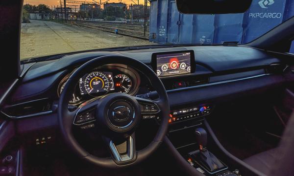 Mazda 6 kokpit nocą