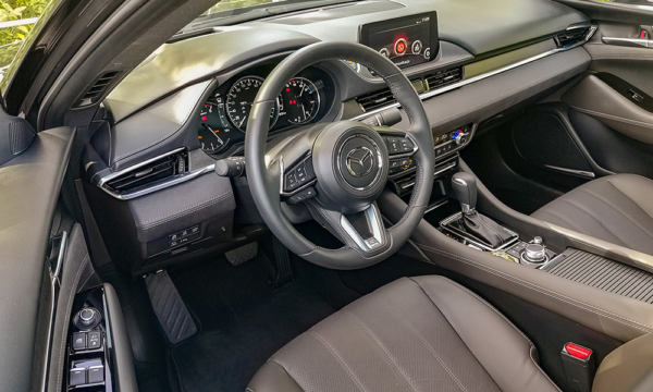 Mazda 6 kokpit z boku