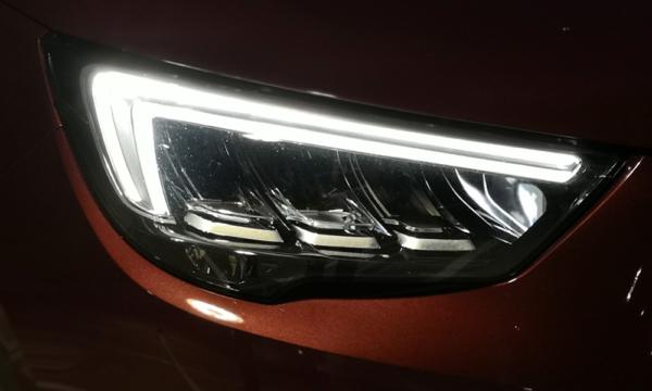 Opel Crossland X 2019 Diesel przedni reflektor