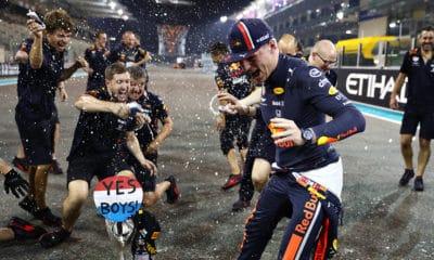Max Verstappen świetuje 2. miejsce w Abu Zabi 2019