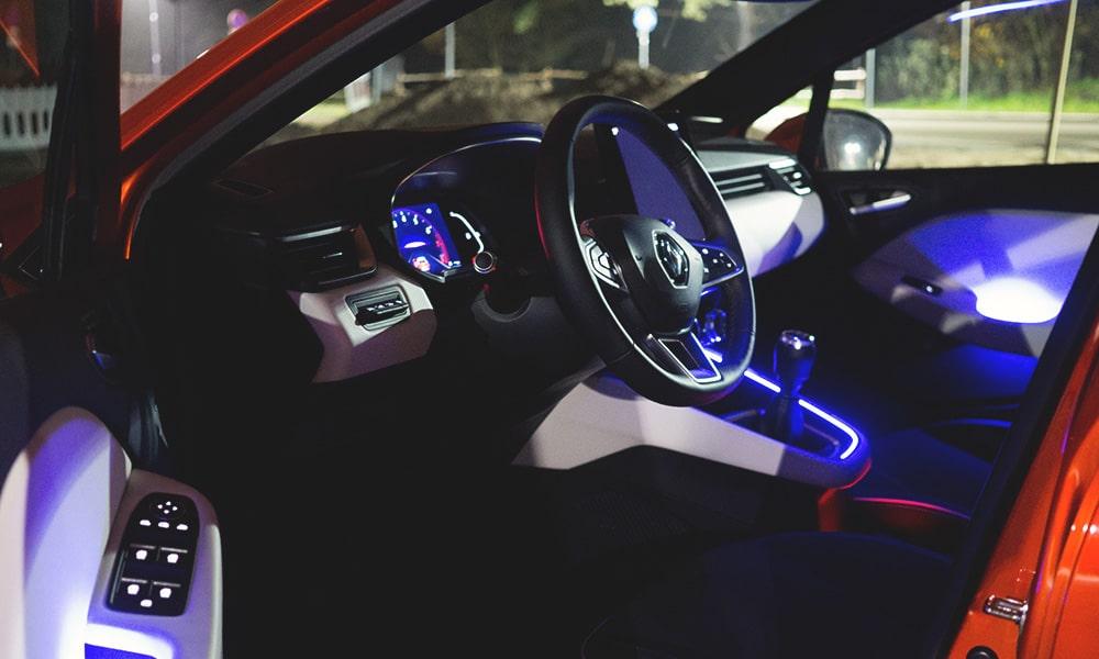 Renault Clio V wnętrze noc