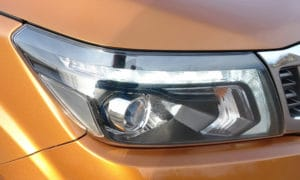 Nissan Navara przód reflektor 2