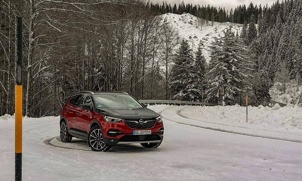 Opel Grandland X Hybrid4 300 KM przód