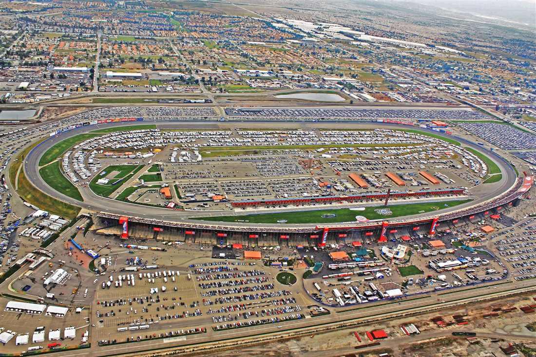 Tor California Speedway jeszcze przed rozpoczęciem budowy zapewnił sobie miejsce w kalendarzu CART oraz NASCAR