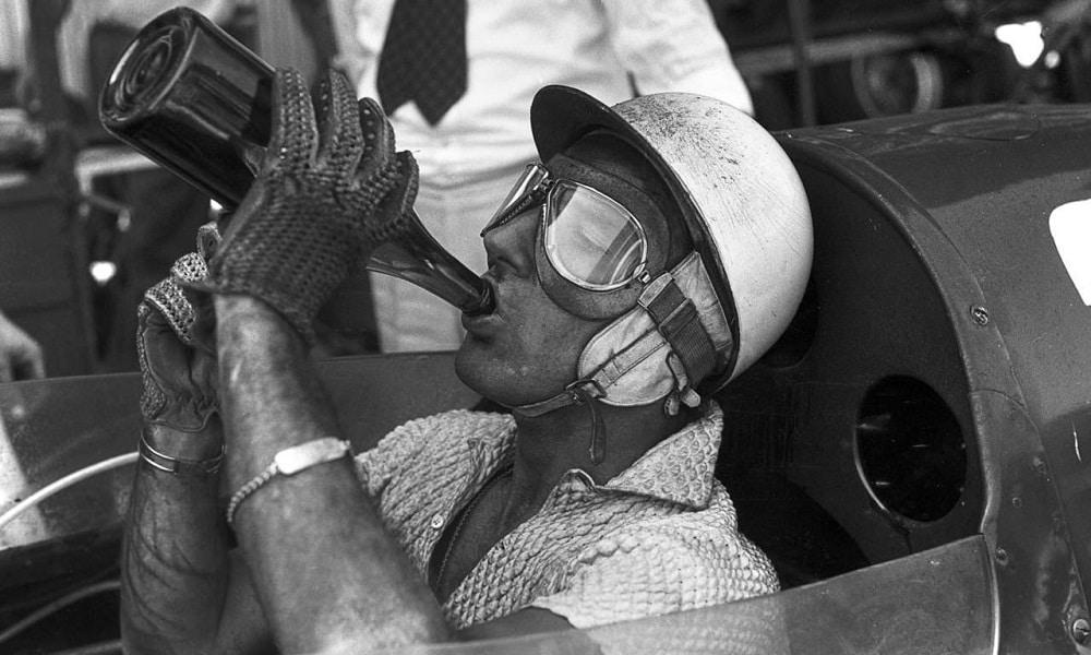 Stirling Moss pije wode, w czasie wyścigu Pescara 1957