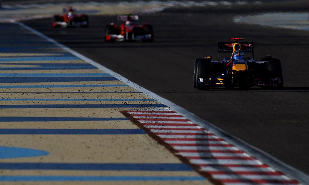 Grand Prix Bahrajnu 2010 Vettel dopadnięty przed dwa Ferrari