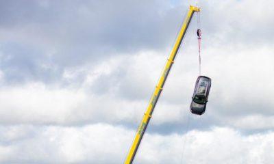 Volvo zrzuciło samochody z 30 metrów z dźwiga