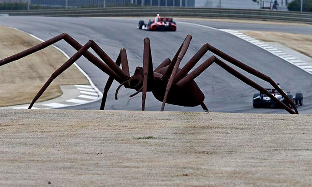 Rzeźba wielkiego pająka Billa Secundy jest jednym z najbardziej charakterystycznych elementów tego toru