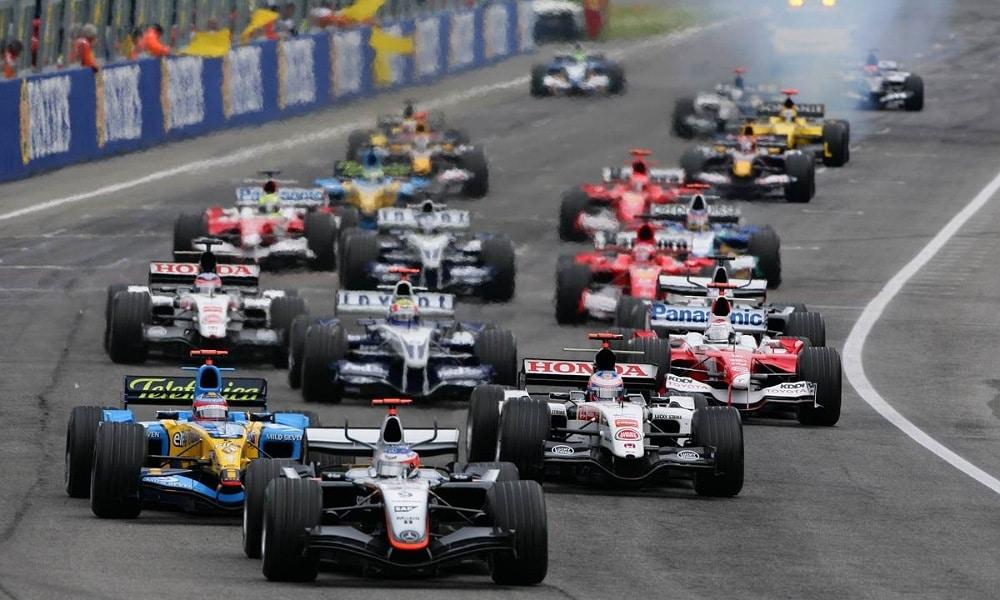 Kimi Raikkonen przewodzi stawce na starcie wyścigu o GP San Marino w 2005 roku